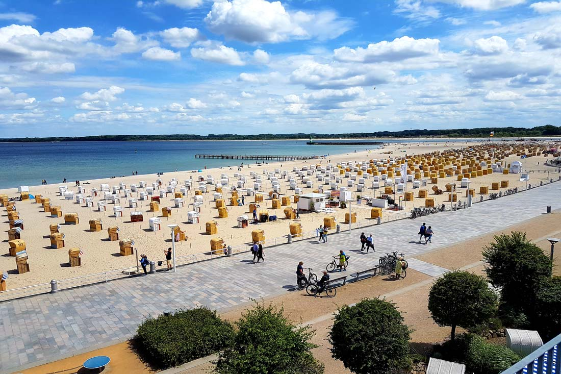 Ostsee mit Strand und Promenade in Travemünde