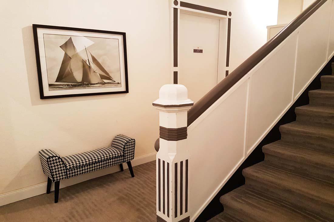 Treppe mit Fotografie und Sitzbank