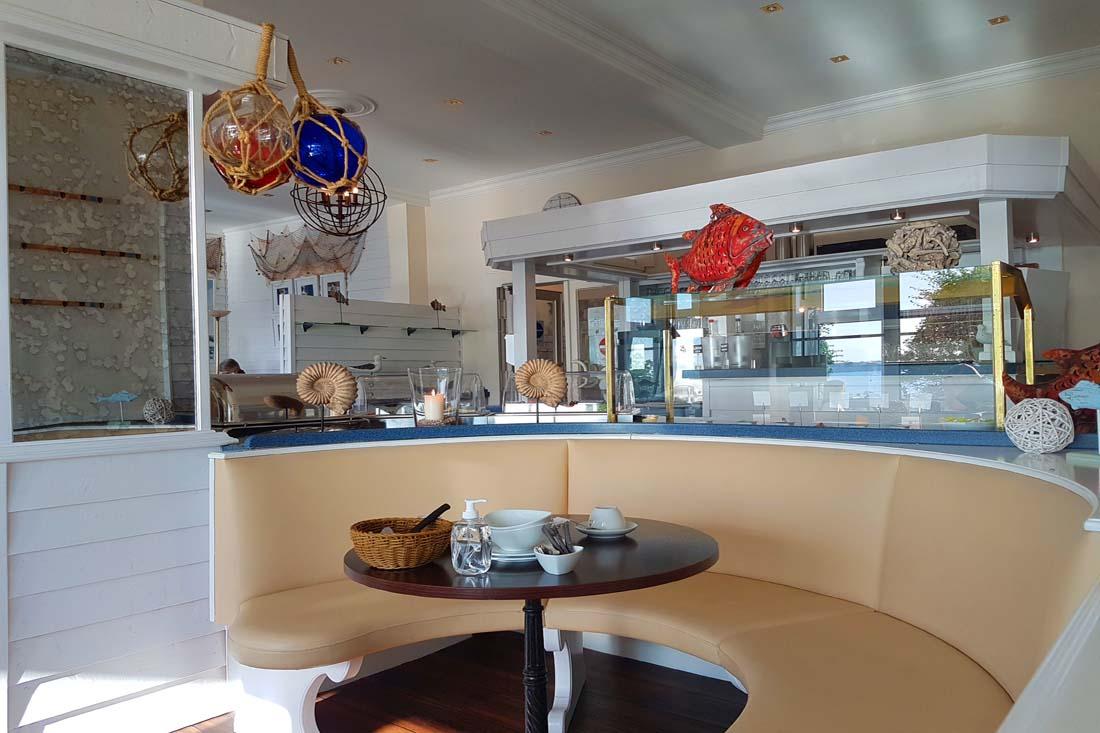 Sitzbak mit Tisch, Geschirr und maritimer Deko